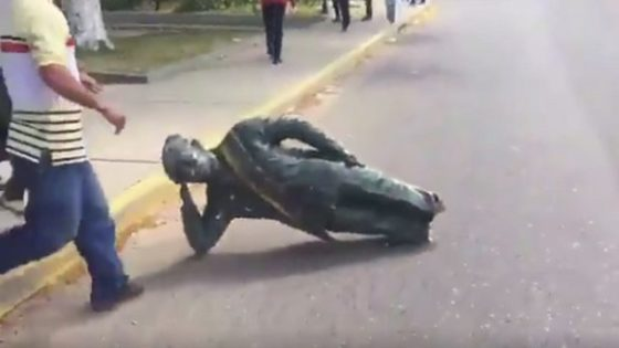 مجسمه چاوز سرنگون شد