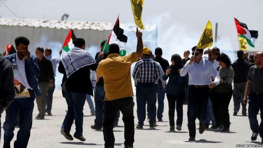 تجمع اعتراضی گروهی از فلسطینیان در مقابل زندان عوفر برای همدردی با اعتصابکنندگان تجمع اعتراضی گروهی از فلسطینیان